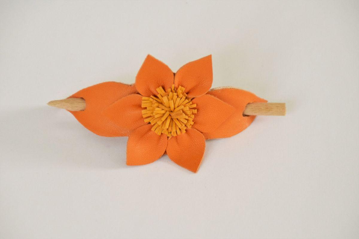 Barette fleur en cuir avec baton