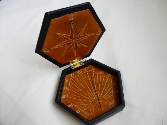 cadran solaire de poche original en cuir